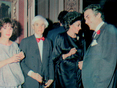 Flanqueado por la diseñadora Ágatha Ruiz de la Prada (izqda.), y por Pitita Ridruejo (dcha.), Andy Warhol estuvo en las fiestas de los March y los Hachuel. Era como un muñeco. Se pasaba todo el día haciendo fotos a la gente: la celebrity inmortalizando a los démás, declara la diseñadora. Foto: El Mundo