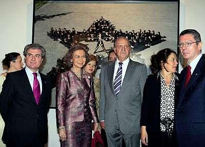 Los Reyes, acompañados por el ministro de Cultura, César Antonio Molina (i); el alcalde de Madrid, Alberto Ruiz-Gallardón, y la directora de la Feria Internacional de Arte Contemporáneo ARCO, Lourdes Fernández, durante la inauguración de la XXVII edición de la Feria. Agencia EFE.