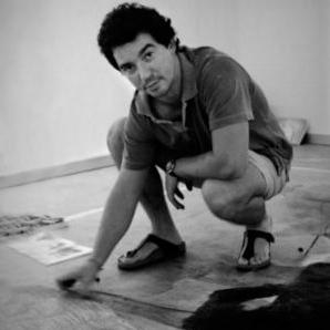 Miki Leal reproduce en el suelo un cuadro de Friedrich. Foto: Diario de Sevilla.