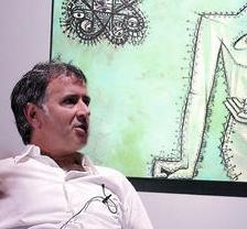 Guillermo Paneque, ante un cuadro de Espaliú que forma parte de una muestra en Espacio Escala.
