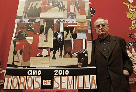 Luis Gordillo, con su cartel en la Maestranza de Sevilla.