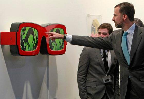 El Príncipe de Asturias observa una obra, durante la inauguración oficial de la treinta edición de la feria internacional de arte contemporáneo ARCO. foto: EFE