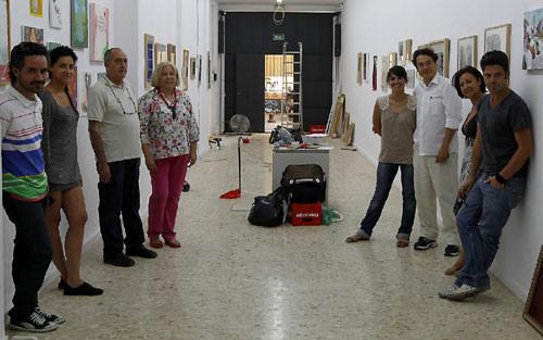 Algunos de los artistas y fundadores de Elbutrón, ayer durante el montaje de la muestra Me & my friends.- PÉREZ CABO