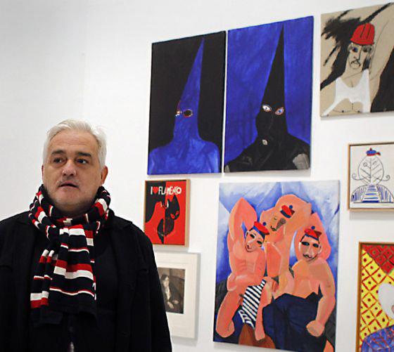 Rafael Agredano, junto a varias de sus obras. Foto: PACO PUENTES