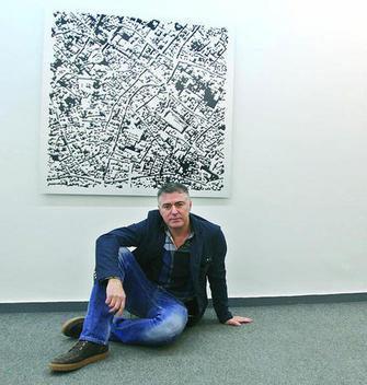 Tete Álvarez, junto a una de sus obras en Arte21. Foto: EldíadeCórdoba.
