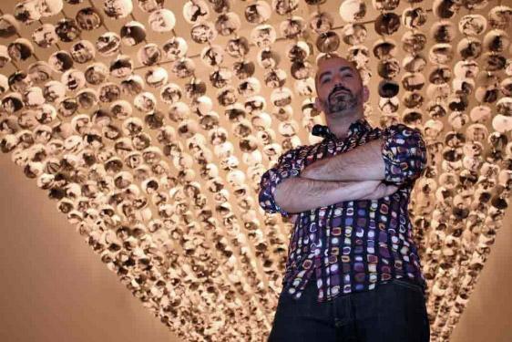 El artista junto a su obra en el CAC. foto: C. Díaz